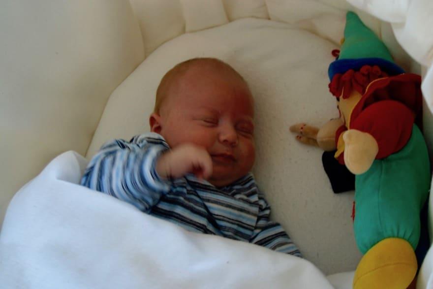 Baby im Kinderbett