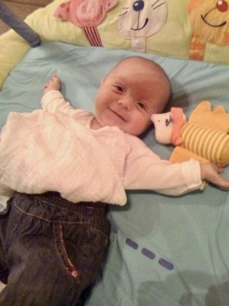 Baby liegt mit Babyphone