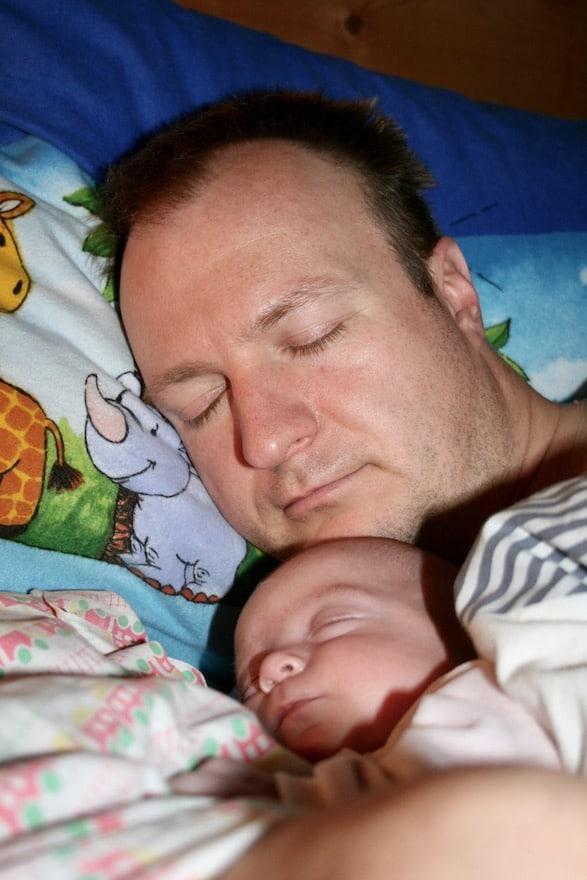 Baby schläft bei den Eltern