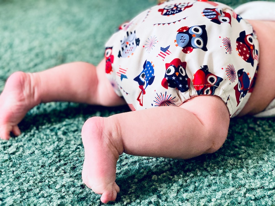 Baby krabbelt mit Windel