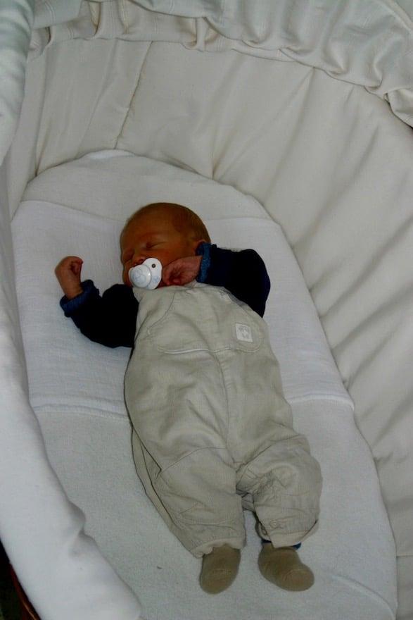 Baby liegt im Bett und schläft