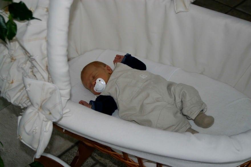 Baby schläft im Kinderwagen