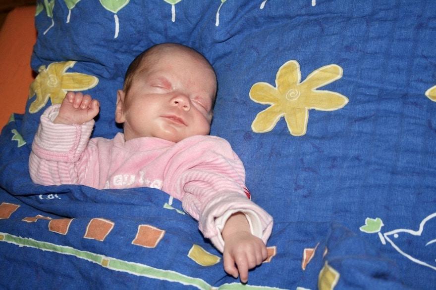 Baby schläft in seinem Bett