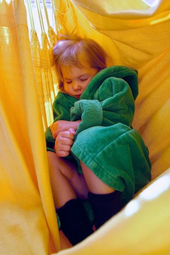 Kind schläft in einer Hängematte