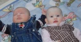 zwei Kinder liegen nebeneinander