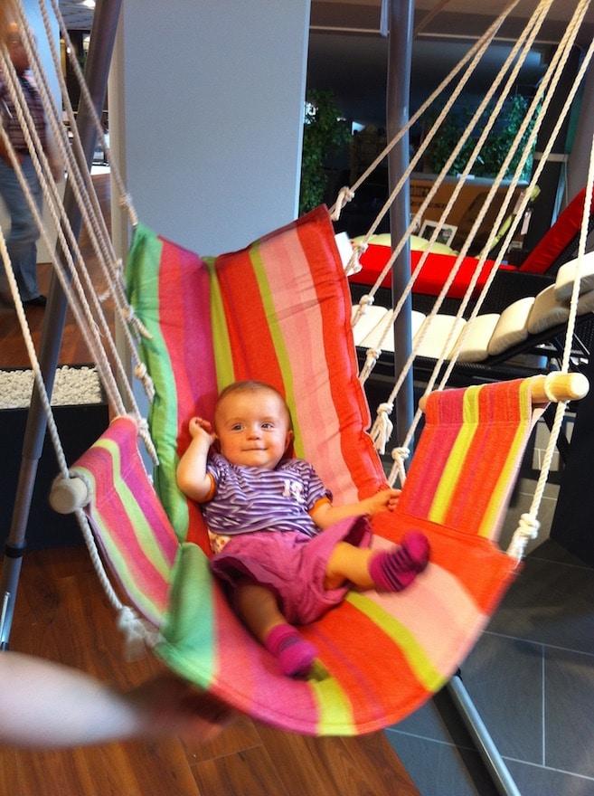 Kleinkind sitzt in Nestschaukel