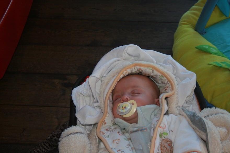 Schlafendes Baby mit Schnuller